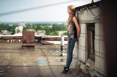 Mädchen auf dem Dach Stockbilder
