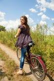 Mädchen auf dem Fahrrad Stockbilder