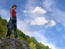 Mädchen auf dem Felsen Stockfotos