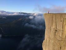 Mädchen auf dem Felsen Preikestolen, Norwegen Lizenzfreie Stockfotos