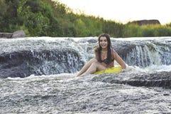 Mädchen auf dem Fluss Stockfoto