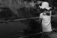 Mädchen auf dem Fluss Stockfotografie