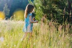 Mädchen auf dem Gebiet Stockfotos