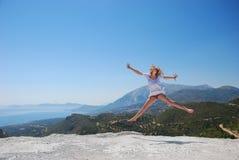 Mädchen auf dem Gebirgsspringen Stockfoto