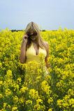 Mädchen auf dem gelben Gebiet Lizenzfreie Stockbilder