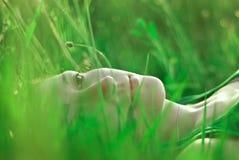 Mädchen auf dem Gras lizenzfreie stockfotos