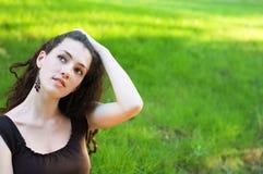 Mädchen auf dem Gras Stockbild