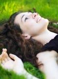 Mädchen auf dem Gras Lizenzfreie Stockfotografie