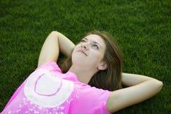 Mädchen auf dem Gras Lizenzfreies Stockfoto