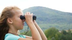 Mädchen auf dem Hintergrund der Berge, die den Abstand untersuchen stock video footage