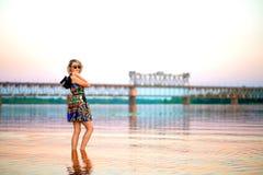 Mädchen auf dem Hintergrund der Brücke Stockfoto