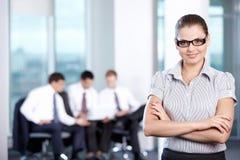 Mädchen auf dem Hintergrund des Arbeitsgeschäfts Stockbilder