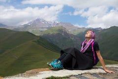 Mädchen auf dem Hintergrund des Berges Stockbild