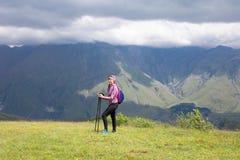 Mädchen auf dem Hintergrund des Berges Stockbilder