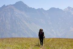 Mädchen auf dem Hintergrund des Berges Stockfotos