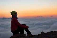 Mädchen auf dem Hintergrund des Berges Stockfoto
