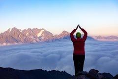 Mädchen auf dem Hintergrund des Berges Lizenzfreie Stockfotografie