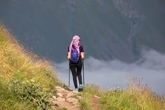 Mädchen auf dem Hintergrund des Berges Lizenzfreies Stockbild