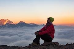 Mädchen auf dem Hintergrund des Berges Stockfotografie