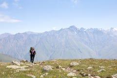 Mädchen auf dem Hintergrund des Berges Lizenzfreies Stockfoto
