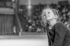 Mädchen auf dem Hintergrund einer großen Szene Träume eines kleinen Mädchens der Ausführung am großen Stadium Schwarzweiss-Foto P stockfotos