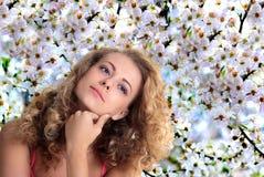 Mädchen auf dem Hintergrund von Kirschblüten Stockfoto