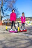 Mädchen auf dem hoverboard Lizenzfreie Stockfotografie