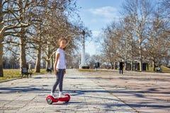 Mädchen auf dem hoverboard Lizenzfreie Stockfotos
