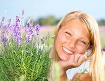 Mädchen auf dem Lavendel-Gebiet Stockfoto
