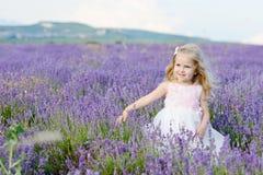 Mädchen auf dem Lavendelgebiet Lizenzfreies Stockbild