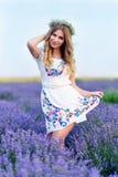 Mädchen auf dem Lavendelgebiet Stockfotografie