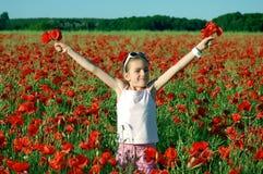 Mädchen auf dem Mohnblumefeld Stockfoto
