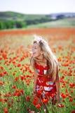 Mädchen auf dem Mohnblumegebiet Stockfotografie