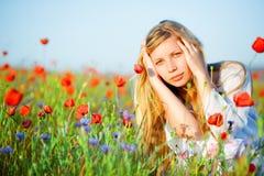 Mädchen auf dem Mohnblumegebiet Lizenzfreie Stockfotografie