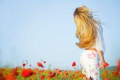 Mädchen auf dem Mohnblumegebiet Lizenzfreies Stockfoto