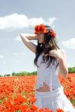 Mädchen auf dem Mohnblumegebiet Lizenzfreie Stockfotos