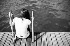 Mädchen auf dem Pier stockbilder