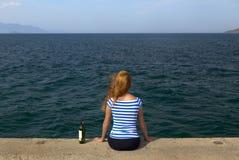Mädchen auf dem Pier Stockfotografie