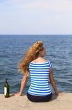 Mädchen auf dem Pier Lizenzfreie Stockbilder