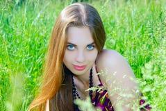 Mädchen auf dem Rasen Lizenzfreie Stockbilder