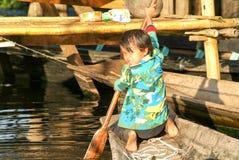 Mädchen auf dem Rudern eines Bootes am Dorf von Maing Thauk lizenzfreie stockbilder