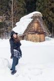 Mädchen auf dem Schnee Stockbild