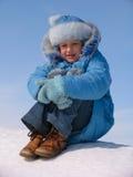 Mädchen auf dem Schnee lizenzfreies stockbild