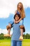 Mädchen auf dem sderhoul des Jungen Stockfoto