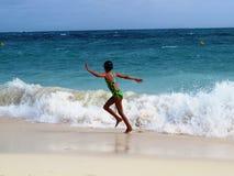 Mädchen auf dem Seestrand lizenzfreies stockbild