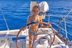 Mädchen auf dem Segelboot lizenzfreies stockbild