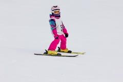 Mädchen auf dem Ski Lizenzfreie Stockbilder