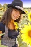 Mädchen auf dem Sonnenblume-Gebiet stockbild