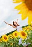 Mädchen auf dem Sonnenblumegebiet Stockfotos