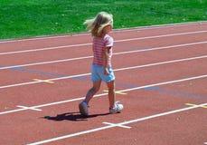 Mädchen auf dem Spaßlack-läufer Stockfotos